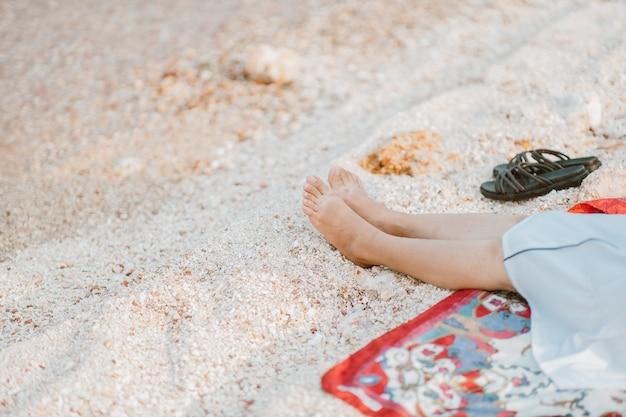 Mulheres jovens sentadas relaxando na praia olhando o lindo mar