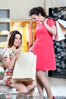 Mulheres jovens, shopping, moda, em, loja de departamentos