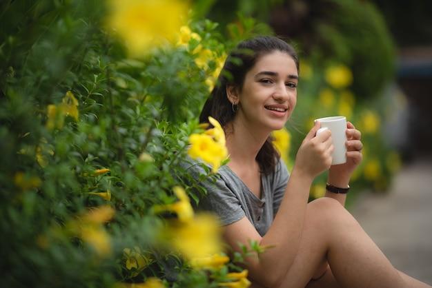 Mulheres jovens sorridentes ficam em casa