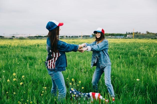 Mulheres jovens, tendo divertimento, em, campo, ligado, dia independência