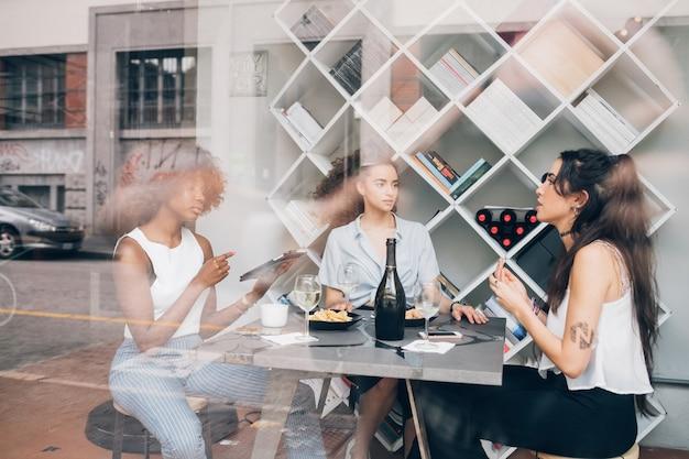 Mulheres jovens, tendo uma ruptura, bebendo, prosecco