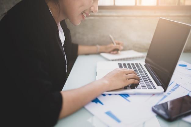 Mulheres jovens trabalhando e computador usado, conceito de trabalho.