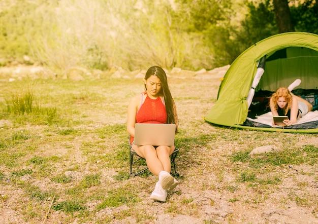 Mulheres jovens, usando, dispositivos, ao ar livre