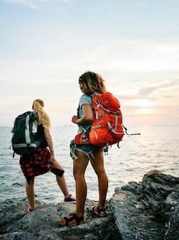 Mulheres jovens, viajando, junto