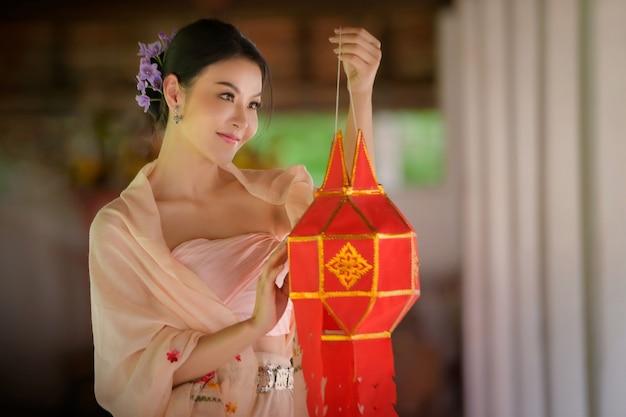 Mulheres lanna tailandesas que vivem no norte da tailândia vestidas com roupas lanna tradicionais que são exclusivas do povo de chiang mai.
