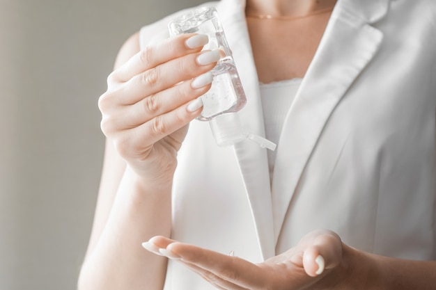 Mulheres lavando as mãos com gel desinfetante antibacteriano. conceito de higiene. evitar a propagação de germes e bactérias e evitar infecções por vírus corona.