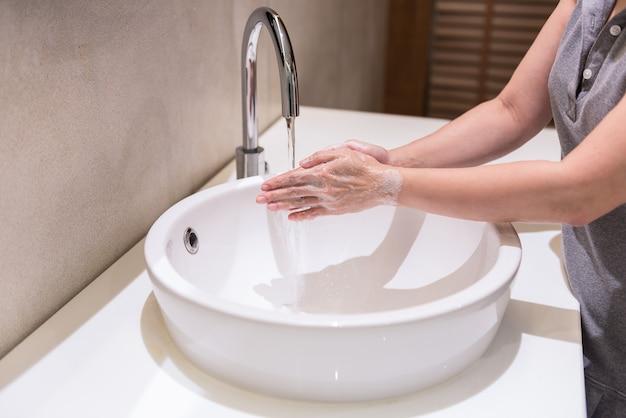 Mulheres lavando as mãos com sabão mãos