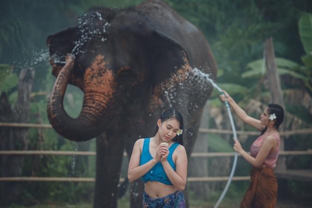 Mulheres lavando elefante