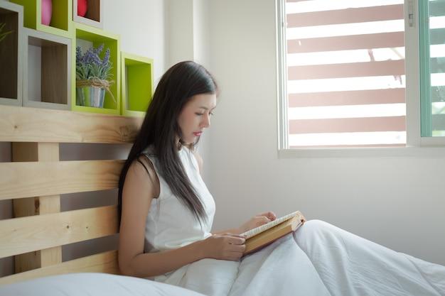 Mulheres, leitura, livros, cama