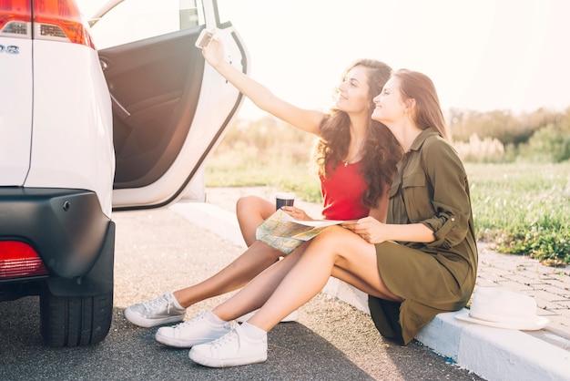Mulheres, levando, selfie, ligado, borda