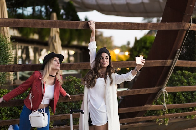 Mulheres, levando, selfie, perto, madeira, carcaça