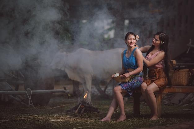 Mulheres lindas ao ar livre à noite