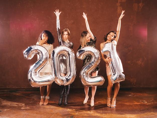 Mulheres lindas comemorando o ano novo.