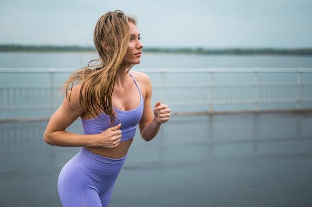 Mulheres lindas correndo tiro médio