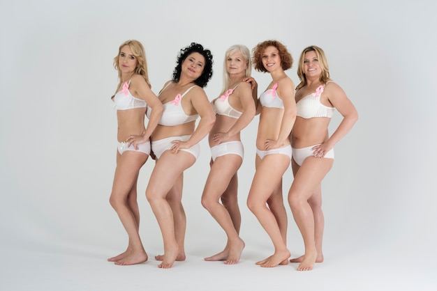 Mulheres lindas de diferentes formas e várias idades em lingerie