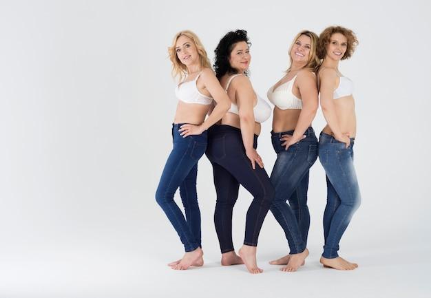 Mulheres lindas em vários jeans isolados
