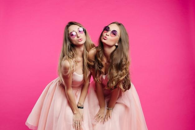 Mulheres lindas gostam de bonecas mandando beijo na câmera.