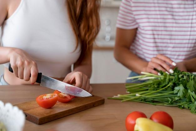 Mulheres lindas preparando o jantar juntas