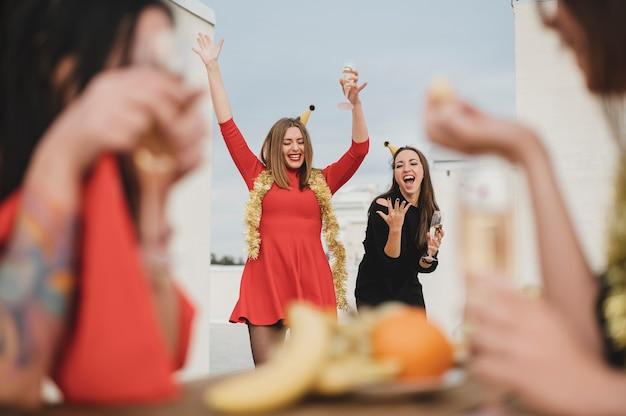 Mulheres lindas se divertindo no telhado