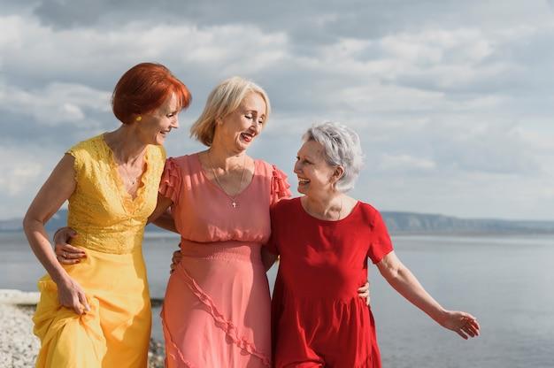 Mulheres maduras adoráveis juntas