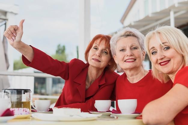 Mulheres maduras de close-up relaxante