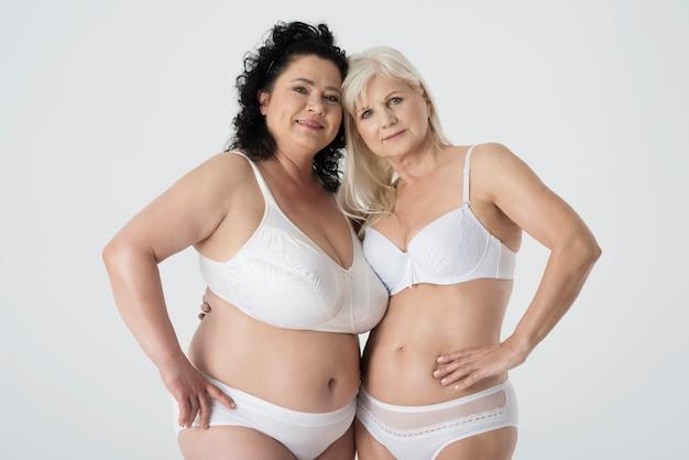 Mulheres maduras em roupas íntimas se sentindo confiantes