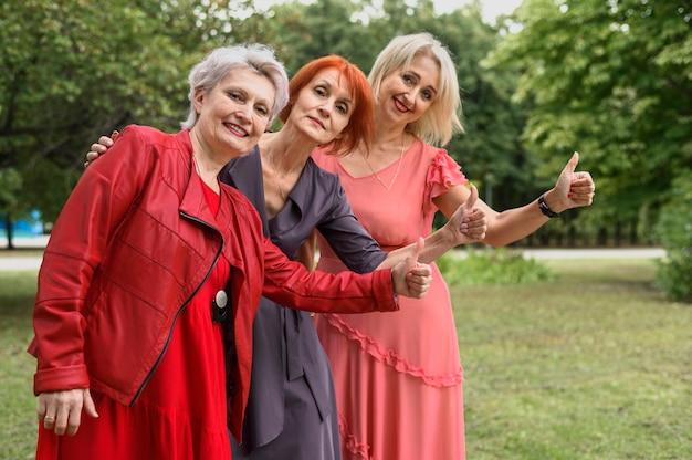 Mulheres maduras juntas no parque