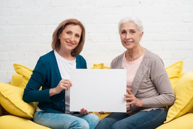 Mulheres maduras sorrindo juntos Foto gratuita
