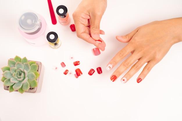 Mulheres manicure e anexa forma de unha com gel moda e beleza conceito