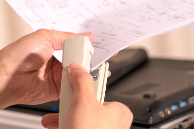 Mulheres mão grampeando mão escrevendo trabalho de papel e escritório conceito