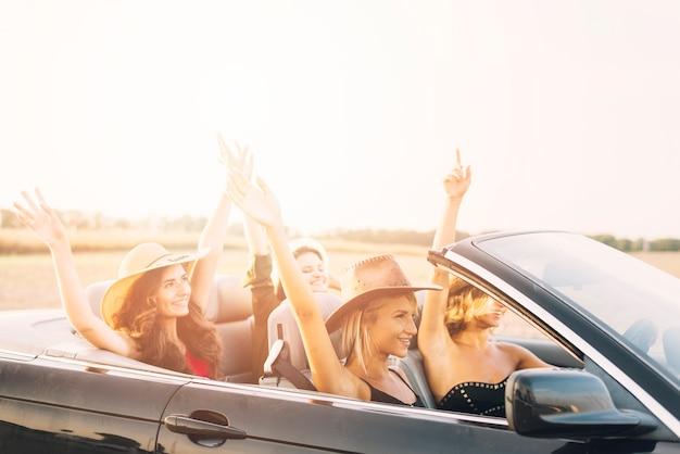 Mulheres, montando, car, com, mãos cima