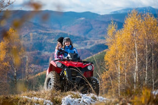 Mulheres, montando, ligado, atv, ligado, nevado, colinas