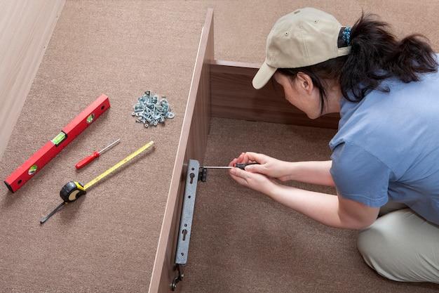 Mulheres montando móveis de auto-montagem.