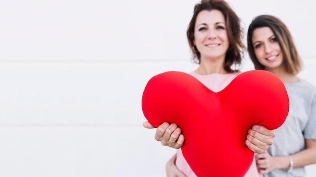 Mulheres, mostrando, pelúcia, coração