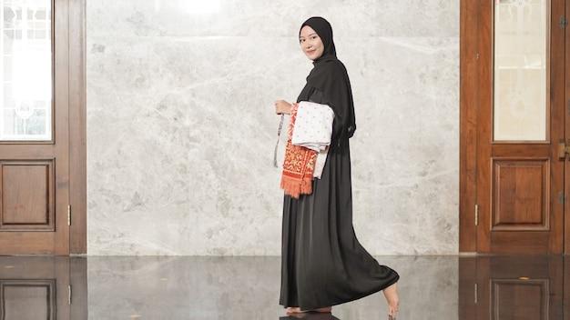 Mulheres muçulmanas após o culto deixarão a mesquita