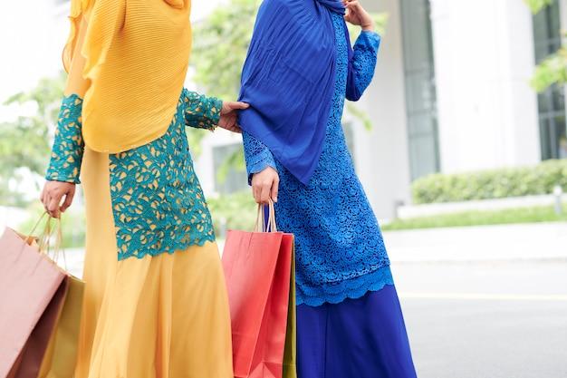 Mulheres muçulmanas com sacolas de compras