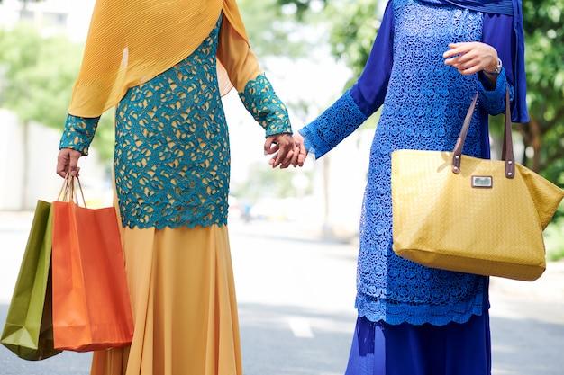 Mulheres muçulmanas de mãos dadas