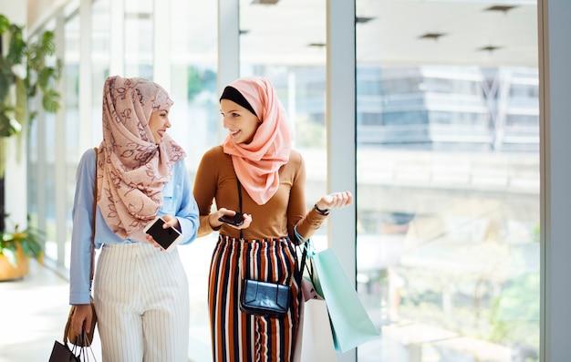 Mulheres muçulmanas fazendo compras juntas no fim de semana