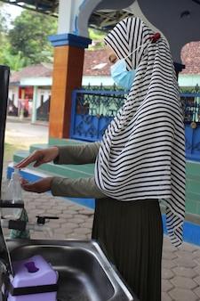 Mulheres muçulmanas lavam as mãos