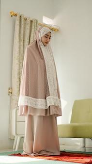 Mulheres muçulmanas rezando usando uma mukenah