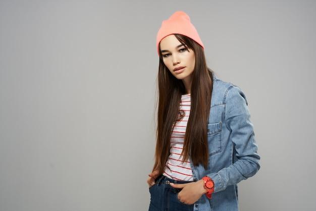 Mulheres muito elegantes com roupas de estilo moderno posando com fundo cinza