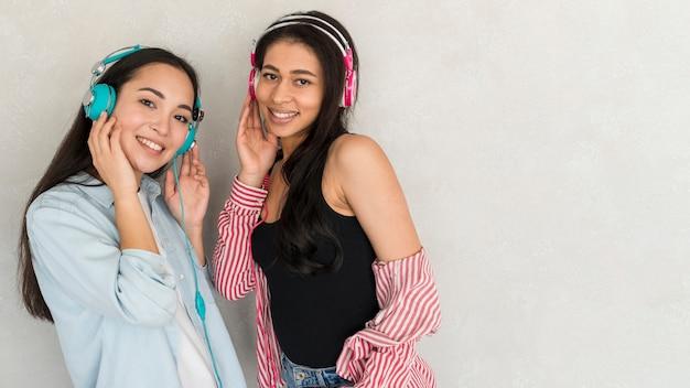 Mulheres muito jovens em fones de ouvido