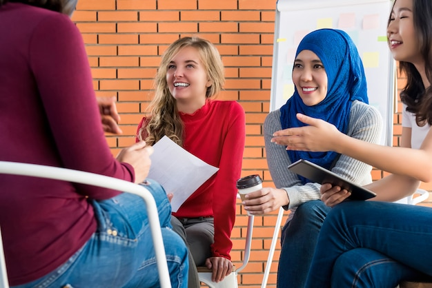Mulheres multiétnicas casuais reunião para projeto social