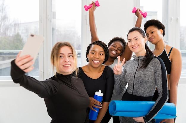 Mulheres na academia tirando fotos