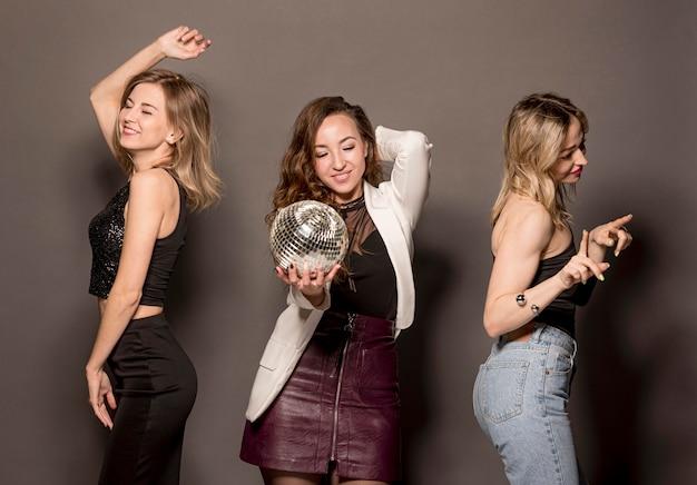 Mulheres na festa dançando
