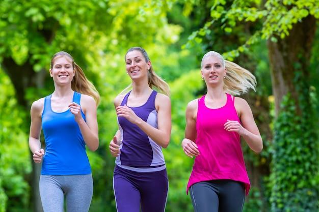 Mulheres na floresta correndo para o esporte