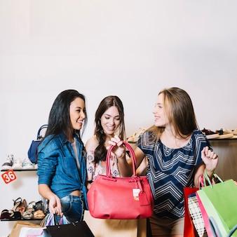 Mulheres na loja de sacos