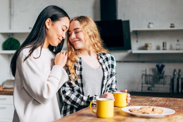 Mulheres na mesa abraçando
