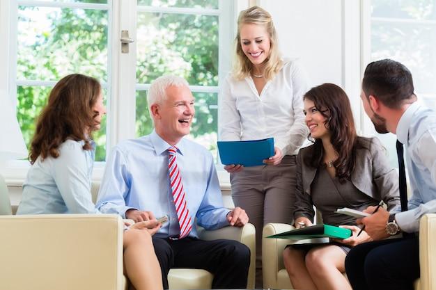Mulheres negócio, e, homens, tendo, apresentação, em, escritório