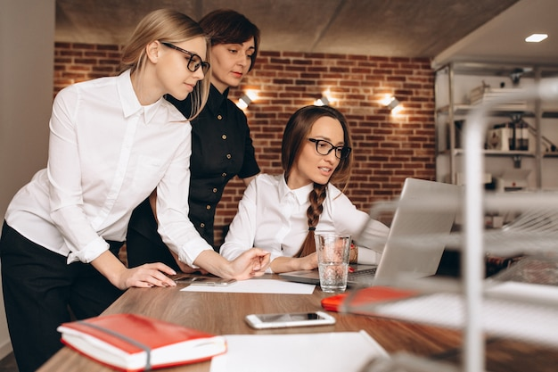 Mulheres negócio, trabalhando, em, escritório